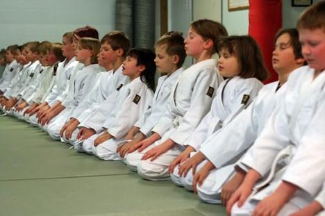 Hiljentyminen (mokuso) ennen harjoitusten alkua
